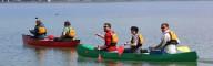 Kanutouren machen Spaß – schnell stellen sich Lernerfolge ein und bald geht es mit ruhigen Zügen über den See.