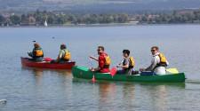 Kanutouren machen Spaß - schnell stellen sich Lernerfolge ein und bald geht es mit ruhigen Zügen über den See.
