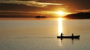 Eine Kanutour in den Sonnenuntergang ist der perfekte Abschluss für einen romantischen Tag.