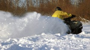 Brettern Sie im tiefen Winter mit dem Quad durch den Schnee!