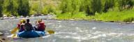 Beim Raften gibt es natürlich auch Abschnitte zum Erholen… oder für wilde Wasserschlachten!