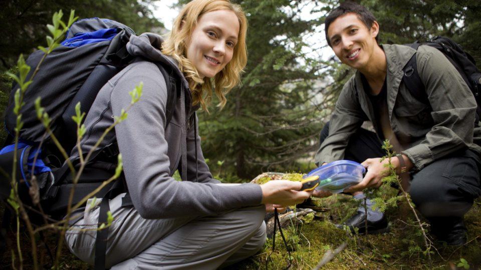 Ausgerüstet mit GPS und Karte geht es auf moderne Schatzsuche.