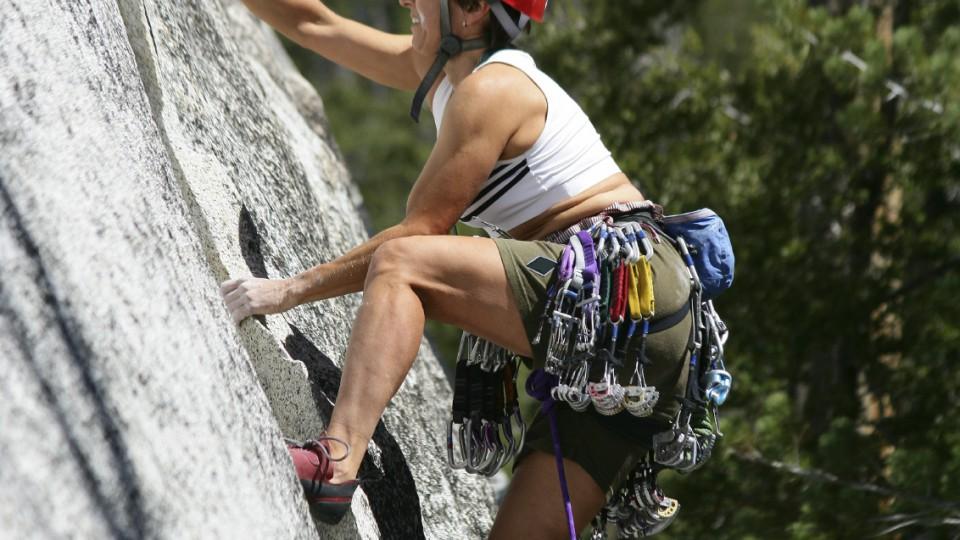 Beim Klettern heißt es: Zupacken! Vor dem Absturz muss sich aber niemand fürchten.