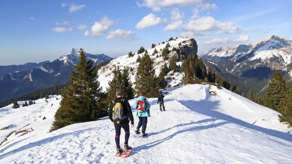 Schneeschuhtouren sind eine gemütlicher Weg, weiße Winterlandschaften zu entdecken. Zur Belohnung gibt es auf der Berghütte feine Spezialitäten.