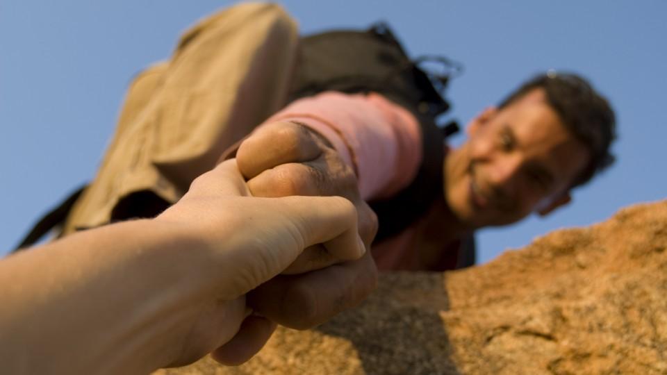 Beim Schnupperklettern gehen wir es ganz gemächlich an - eine helfende Hand ist natürlich immer in der Nähe.