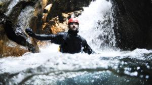 Fühlen Sie sich wie ein legendärer Höhlenentdecker - erklimmen Sie Wände, seilen Sie sich ab und wagen Sie den ein oder anderen Sprung ins kühle Nass!