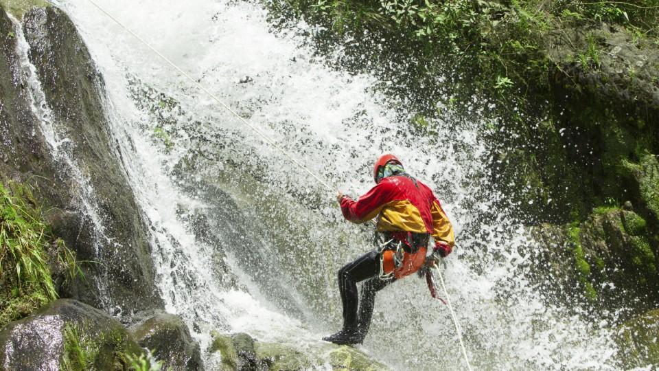 Beim Canyoning geht es abwärts! Dem Strom des Wassers folgend steigen Sie die Klamm hinab.